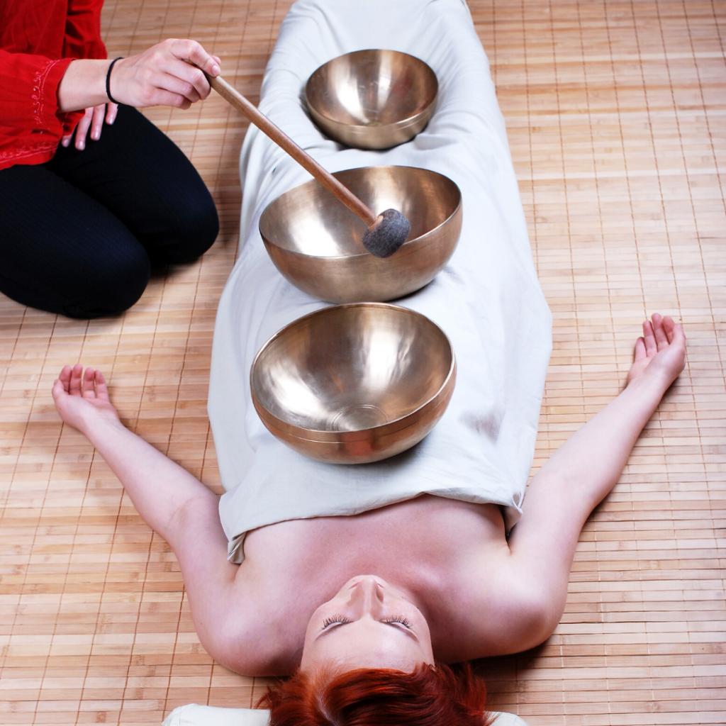 Femme allongée pour un soin sonore